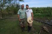 Dos generaciones de agricultores, José Casimiro padre y José Antonio Casmiro hijos, trabajando en familia la agroecología en la Finca del Medio. Fuente: 3Colibrís.