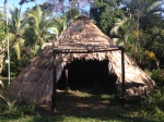Un tradicional usule Bribri, una construcción que se remonta a tiempos precoloniales que tiene la función de vincular y conservar los saberes a través del compartir de palabra. Fuente: 3Colibrís.