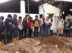 El profesor & agricultor Francisco Gangotena comparte con sus estudiantes su experiencia trabajando la agricultura orgánica. Fuente: 3Colibrís.